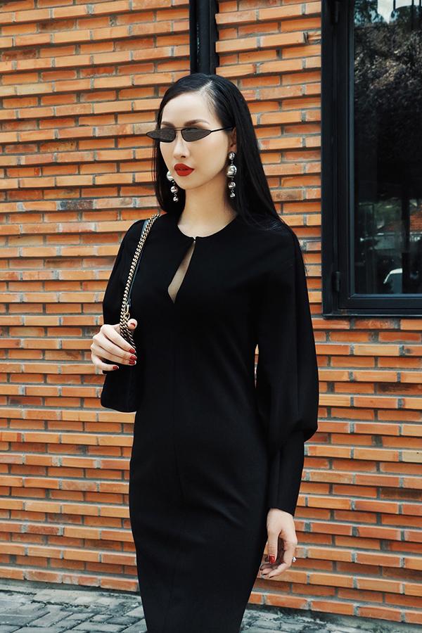 Những mẫu mắt kính mới, đi theo đúng khuynh hướng phụ kiện được ưa chuộng ở mùa xuân hè 2018 đều được Thanh Trúc mix-match hài hoà cùng trang phục.