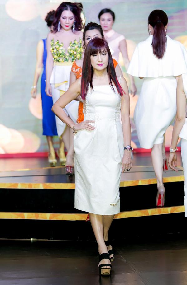 Hiền Mai đã qua tuổi 50 vẫn tự tin làm người mẫu trình diễn thời trang.