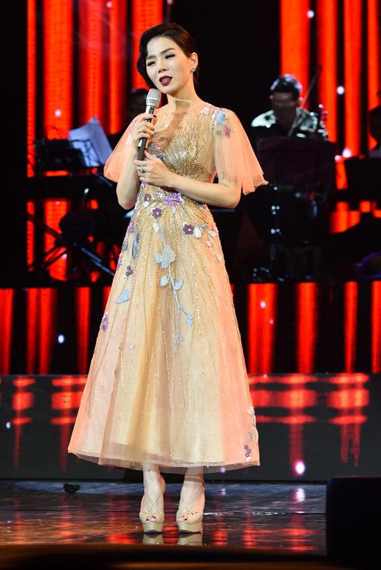 Trong show diễn, nữ ca sĩ còn thay bộ đầm đính hoa ren nổi bật, có phom dáng cổ điển.