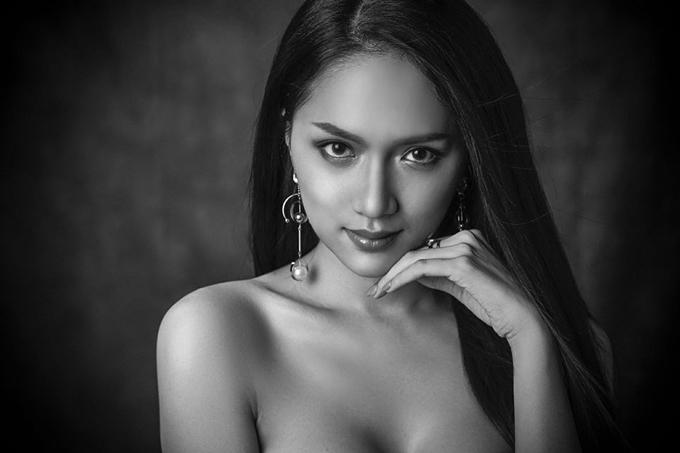 Ngày 1/3, ban tổ chức công bố bộ ảnh đen trắng của các thí sinh để khoe vẻ đẹp và thần thái gương mặt. Bức hình của đại diện Việt Nam đã nhận được rất nhiều lời khen ngợi của người hâm mộ trong nước và quốc tế. Hương Giang vừa thể hiện được nét gợi cảm vừa toát lên sự dịu dàng, đằm thắm của người con gái Á đông.
