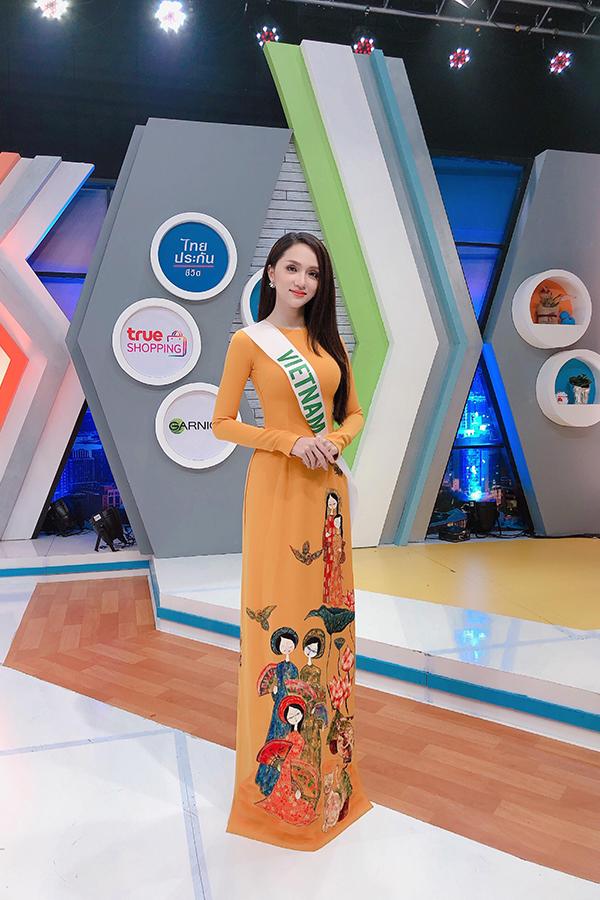 Chiều 3/3, Hương Giang cùng 27 thí sinh đi ghi hình cho một trong những kênh truyền hình nổi tiếng nhất Thái Lan là G-MM27. Hương Giang mặc áo dài rất duyên dáng và xinh đẹp.