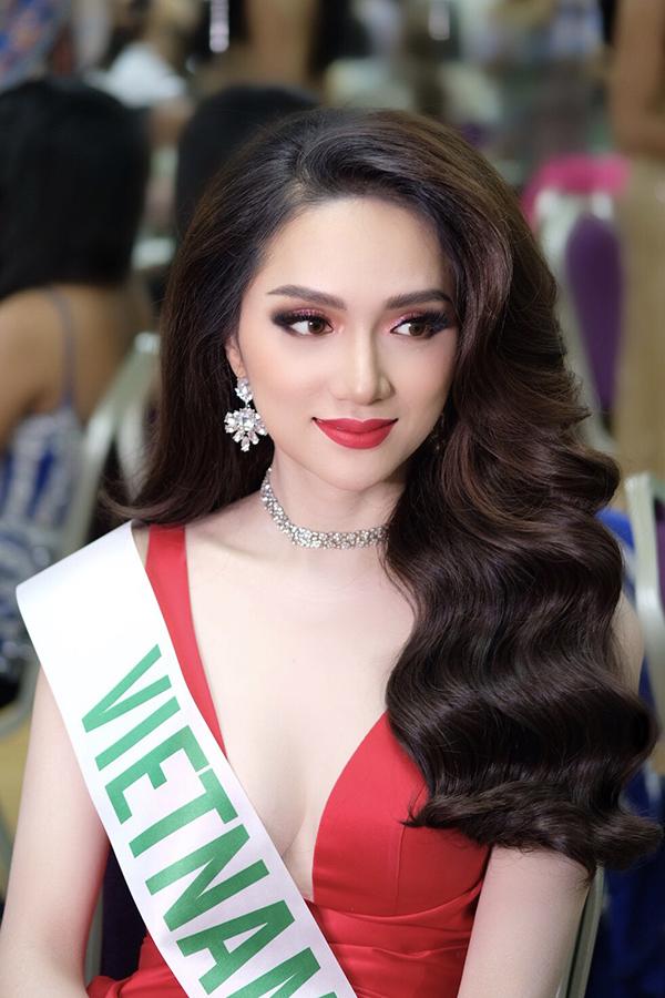 Tối 9/3, Hương Giang lại làm khán giả dậy sóng vì hình ảnh xinh đẹp ở hậu trường chuẩn bị chung kết Hoa hậu Chuyển giới.