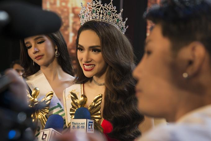 Truyền thông Thái Lan vây quanh Hương Giang sau đăng quang.