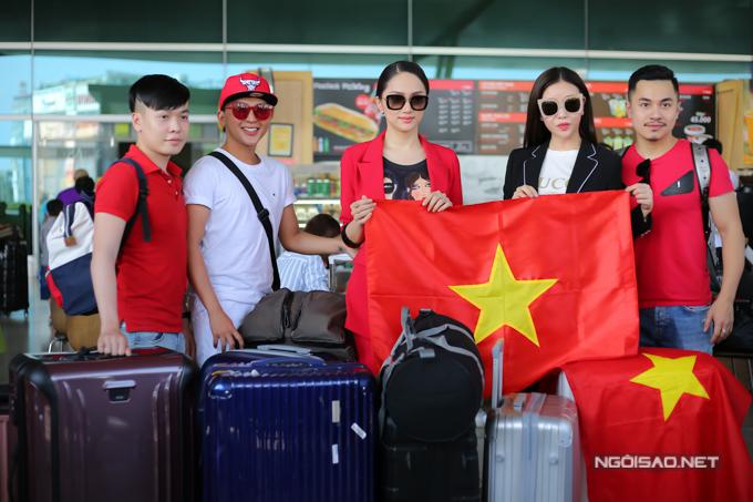 Ngày 24/2, Hương Giang chính thức lên đường sang Thái Lan. Cô mang hơn 100kg hành lý, chưa kể bộ trang phục dân tộc nặng 55kg được gửi riêng. Nữ ca sĩ được 6 người hộ tống để hỗ trợ tại Thái Lan.