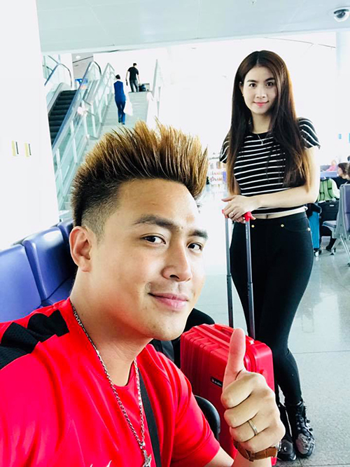 Cùng lúc đó, vợ chồng Kha Ly - Thanh Duy cũng lên đường sang Mỹ chuẩn bị cho chuyến lưu diễn 3 tuần.