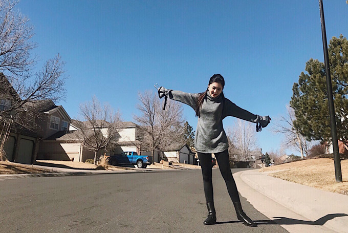 Thời tiết mùa xuân ở Mỹ hơi se lạnh, giọng ca 9X mặc áo len mỏng, quần tất đi tản bộ.