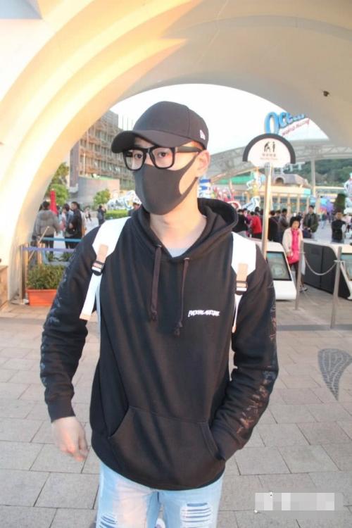 Lâm Phongđưa giađình tớicông viên đại dương Hong Kong (Hong Kong Ocean Park) hôm 9/3. Anh đeo khẩu trang kín mít, tuy nhiên vẫn bị cánh ký giả nhận ra.