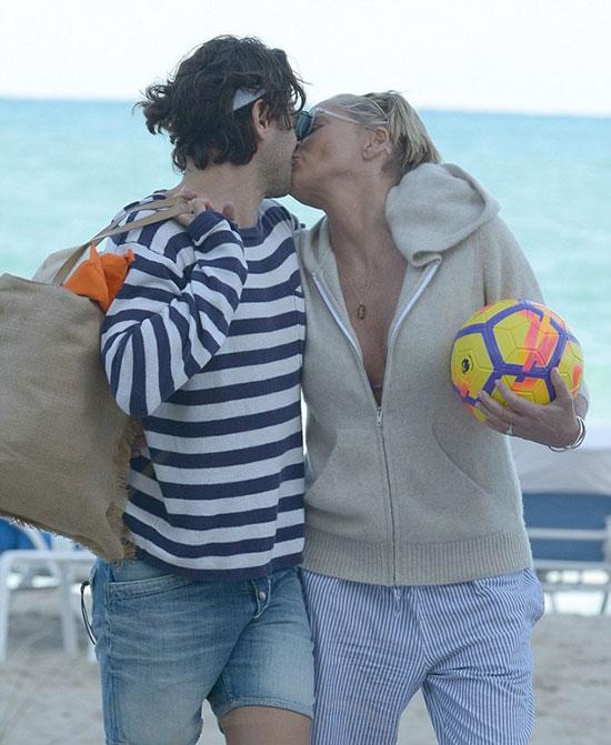 Sharon hôn Angelo say đắm trong ánh hoàng hôn trước khi trở về nhà.