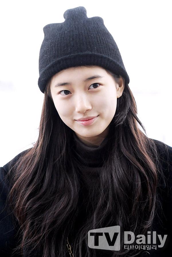 Luôn nằm trong nhóm những mỹ nhân mặt mộc đẹp nhất Hàn Quốc, Suzy tiết lộ cô dưỡng da mỗi ngày bằng phương pháp 4 - 2 - 2. Cô dành 4 phút để tẩy trang bằng dầu, 2 phút rửa mặt sạch và 4 phút dưỡng da.