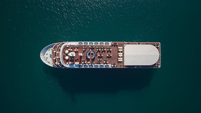 Du thuyền đẳng cấo 5 sao của vùng vịnh nổi tiếng Bắc Bộ được chọn lựa để nhà mốt Việt trình làng các mẫu thiết kế mới.