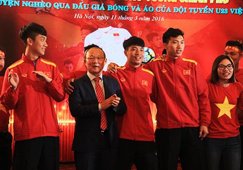 Huấn luyện viên Park Hang Seo và các cầu thủ hát với người hâm mộ sáng 11/3. Ảnh: Đ.Loan