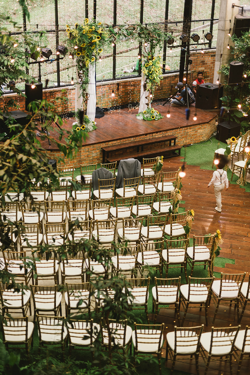 Không gian bên trong nơi cử hành hôn lễ cũng có hai màu vàng và xanh lá cây. Sân khấu chính khiêm tốn nhưng không kém phần nổi bật.