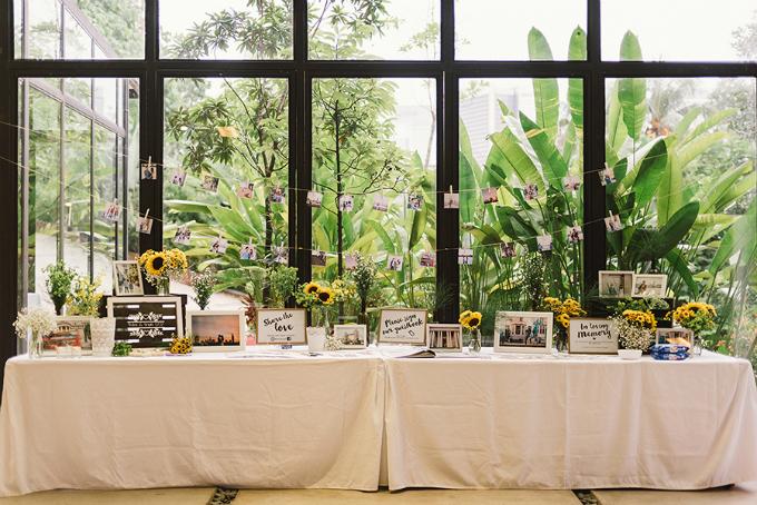 Bàn lễ tân nơi đón tiếp khách mời là những bức ảnh cả hai chụp trong những lần đi chơi, những dấu mốc kỷ niệm trong tình yêu của cô dâu chú rể.