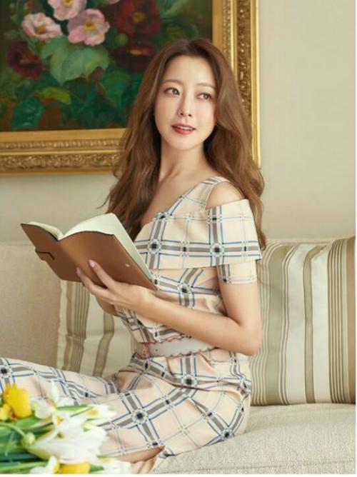 Bộảnh Kim Hee Sunở Milan mớiđâyđược tờ Dispatchđăng tải, khiến khán giả một lần nữa phải trầm trồ về nhan sắc quên tuổi của mỹ nhân nổi tiếng xứ Hàn. Loạtảnhđược thực hiện cuối tháng 2 vừa rồi, khi Kim Hee Sun sang Italy dự Tuần lễ Thời trang.