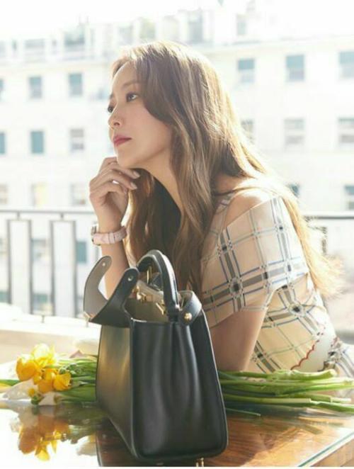 Kim Hee Sun khoe sắc cùng hoa.