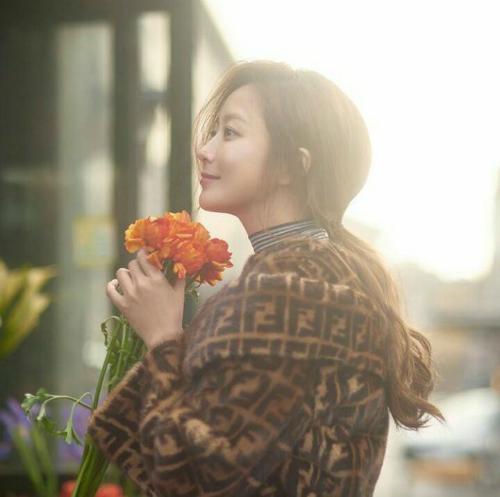 Bất chấp tuổi tác, Kim Hee Sunđang là gương mặtđại diện của nhiều thương hiệu thời trang, mỹ phẩm... nổi tiếng trong nước và quốc tế. Ngườiđẹp cũngđang cân nhắc trở lại mànảnh với một dựán mới của dài TvN.