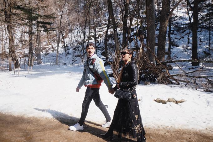 Cặp đôi cùng nắm tay nhau đi dạo trên con đường phủ đầy băng tuyết, nơi từng là bối cảnh của bộ phim truyền hình Golbin (Yêu tinh).