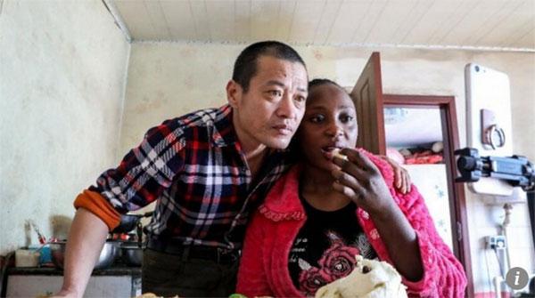 Vợ chồng Zou trả lời thắc mắc của những người theo dõi về cuộc sống đời thường của họ. Ảnh: Sohu.