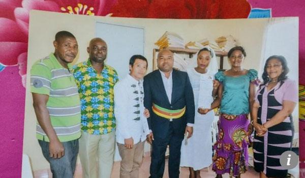 Zou và Sandra chụp ảnh cùng người thân trong đám cưới tại Cameroon. Ảnh: Sohu.