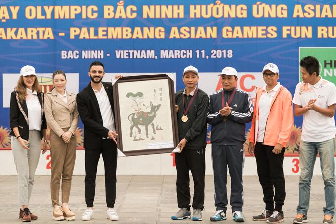 Ngày 11/3, Lý Nhã Kỳ dự ngày chạy Olympic Bắc Ninh, hưởng ứng ASIAD 2018.