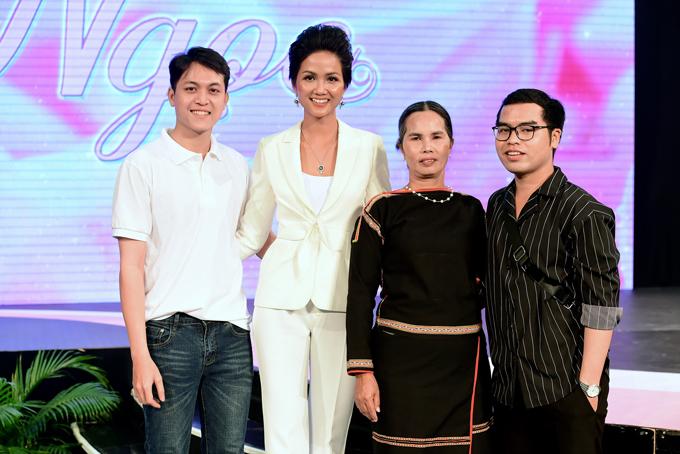 Mẹ và anh em họ đi cổ vũ Hoa hậu HHen Niê lần đầu làm MC - 1