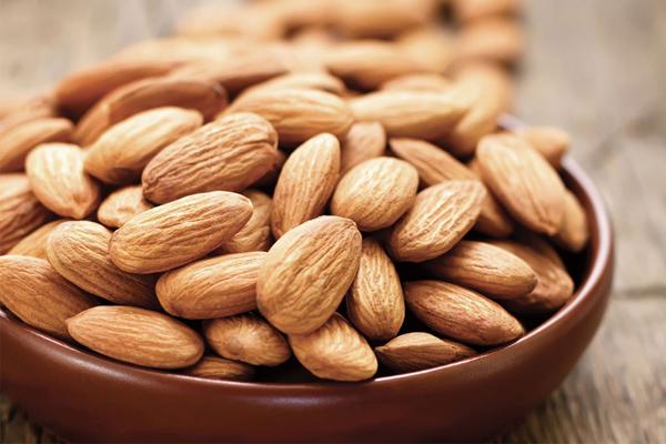 Hạt hạnh nhân có nguồn protein thực vật và chất xơ cần thiết cho những người đang thừa cân. Trong hạnh nhân có các chất béo đơn và vitamin E giúp cắt giảm lượng cholesterol, đặc biệt là ở vòng 2 rất hiệu quả.