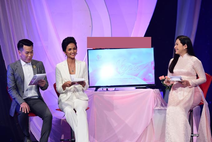 Mẹ và anh em họ đi cổ vũ Hoa hậu HHen Niê lần đầu làm MC - 4