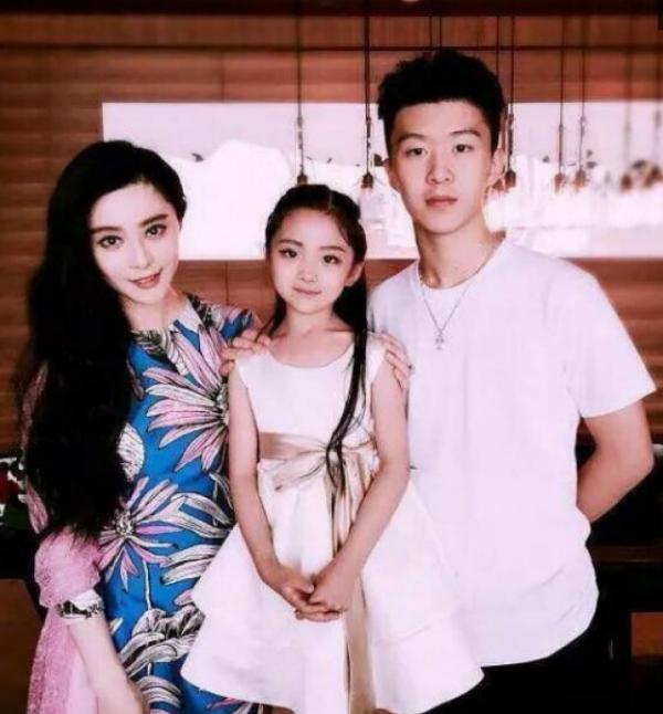 Phạm Băng Băng và Phạm Thừa Thừa chụp hình cùng người thân tại sinh nhật lần thứ 16 của em trai.