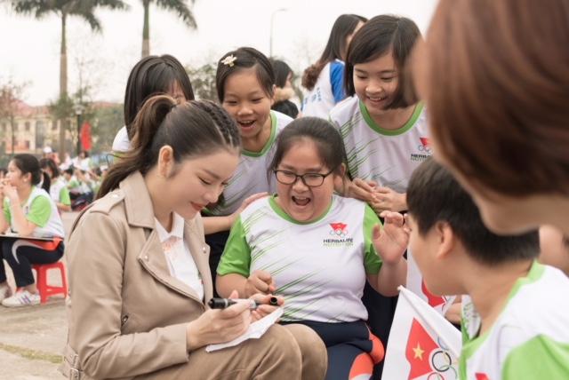 Lý Nhã Kỳ tươi cười đứng bán kem cho học sinh ở Bắc Ninh - 5