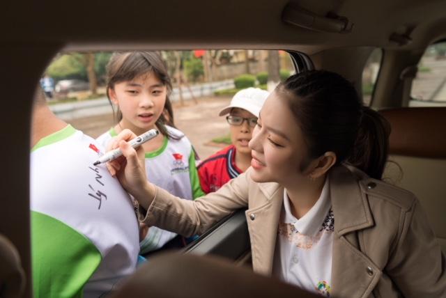 Lý Nhã Kỳ tươi cười đứng bán kem cho học sinh ở Bắc Ninh - 6
