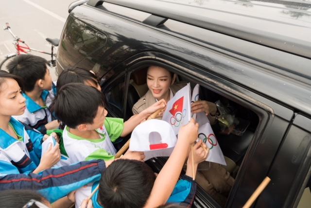 Lý Nhã Kỳ tươi cười đứng bán kem cho học sinh ở Bắc Ninh - 7