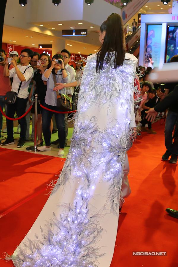 Vì tham lam trong việc tạo sự nổi bật nên diễn viên đã chọn thêm phần áo choàng đính lông vũ và đèn led để mix đồ. Kết cấu phần lưng rối mắt đã khiến bộ suit mất đi vẻ thanh lịch.