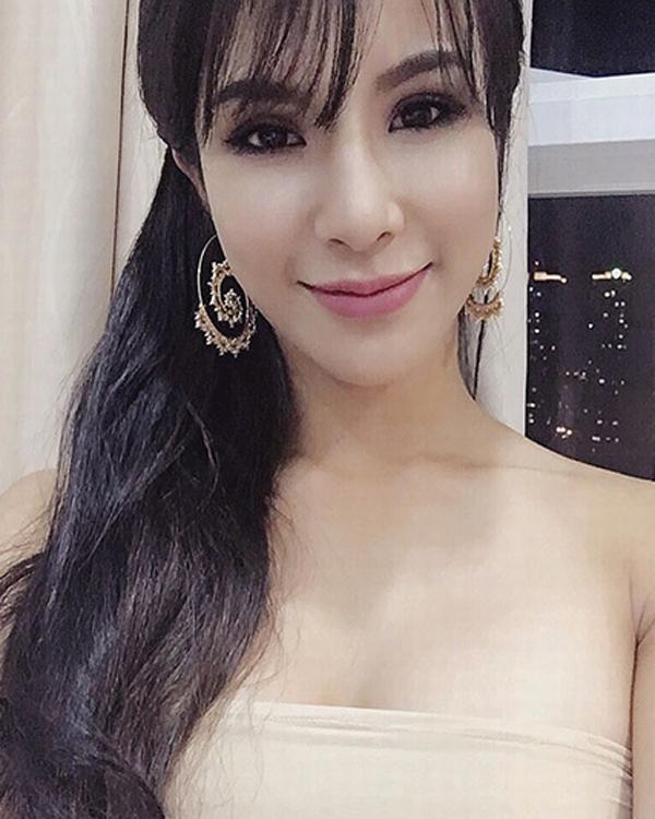 Vài năm sau, khuôn mặt cô dần có sự thay đổi. Nữ ca sĩ thừa nhận đã phẫu thuật thẩm mỹ và sử dụng công nghệ làm đẹp của Hàn Quốc để có nhan sắc ưng ý hơn.