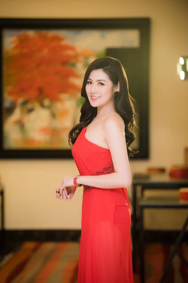 Từ khi giành ngôi vị Á hậu Việt Nam 2012, Dương Tú Anh luôn trung thành với phong cách nữ tính, dịu dàng.