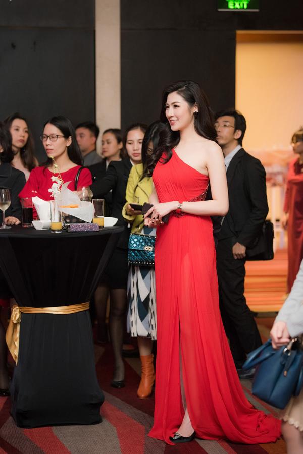 Á hậu Việt Nam 2012 nổi bật giữa các khách mời của sự kiện.