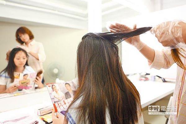 Các bác sĩ khuyến cáo mọi người nên nhuộm tóc cách nhau ít nhất 6 tháng. Ảnh: Chinatimes