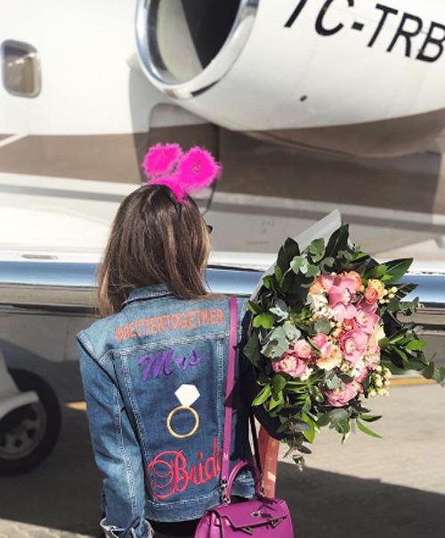 Mina trước khi bước lên máy bay sang Dubai tận hưởng buổi tiệc độc thân. Ảnh: Instagram