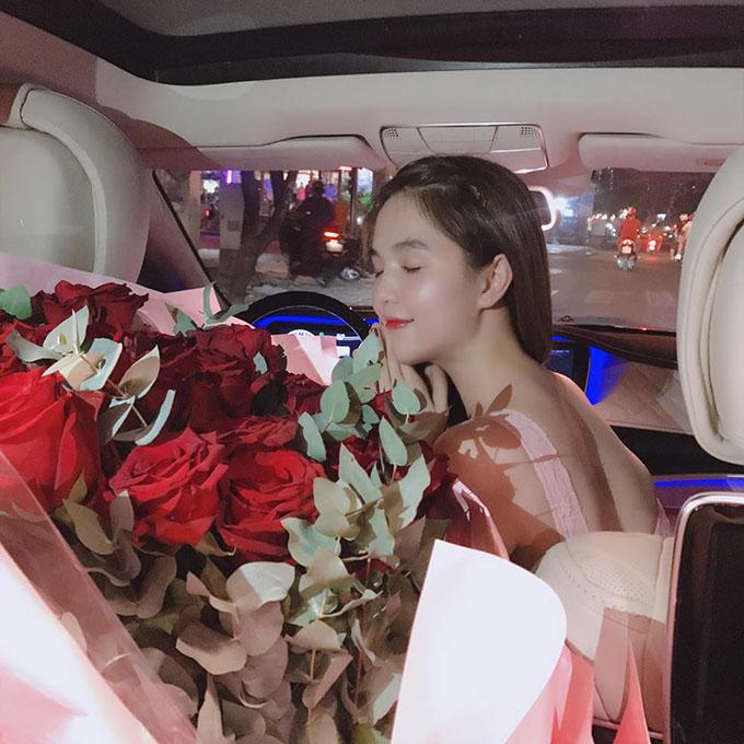 Ngọc Trinh khoe món quà là bó hoa hồng đỏ khổng lồ của người giấu mặt.