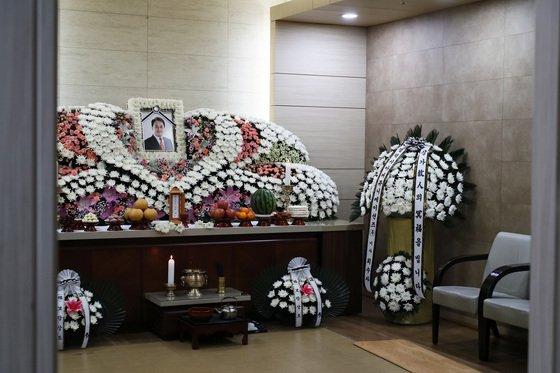 Lễ tang ảm đạm, vắng bóng người của tài tử Jo Min Ki.