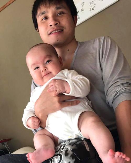Bé Kennặng 8 kg và hiệnsống cùng bố mẹ ở thành phố Gifu. Ảnh: NVCC.