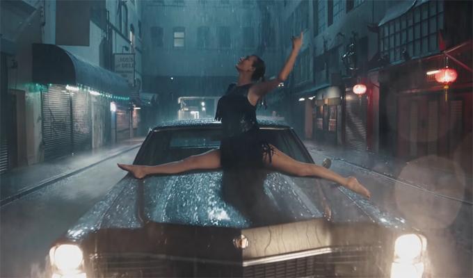 Cô thích thú nhảy múa dưới mưa.