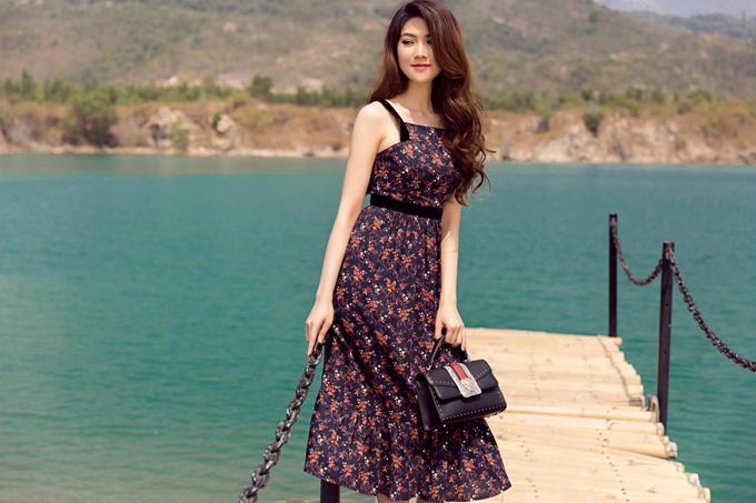 Không khí rạo rực của ngày hè luôn là thời điểm thích hợp để phái đẹp chưng diện các kiểu váy áo in hoa xinh xắn. Từ chính thói quen và thị hiếu của khách hàng, Thu Hằng cùng với nhãn hiệu thời trang cá nhân của cô đã nhanh chóng giới thiệu các mẫu thiết kế mới.