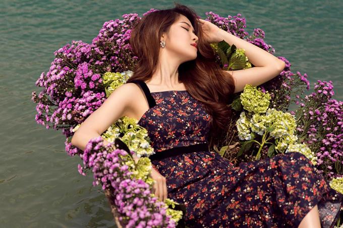 Váy chấm gối với phong dáng đơn giản được tô điểm thêm đường xiết eo là trang phục không quá kén dáng và đây cũng là kiểu mẫu được ưa chuộng ở mùa hè năm nay.