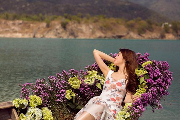 Khung cảnh bình yên, trong lành cùng chiếc thuyền hoa rực sắc màu càng góp phần giúp bộ ảnh của siêu mẫu thêm thu hút.