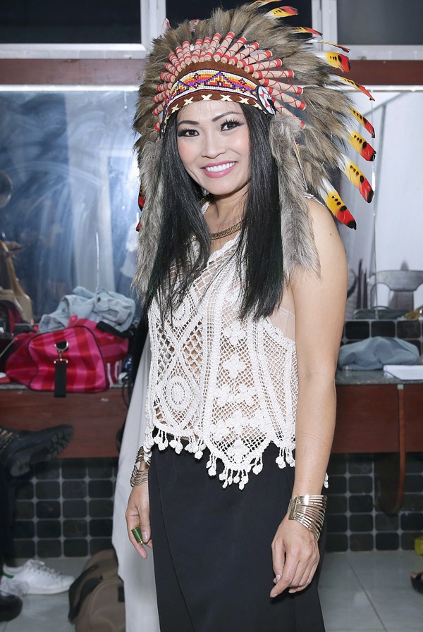 Phương Thanh ăn mặc như thổ dân khi tham gia đêm nhạc MV Top Hits, tối 12/3.