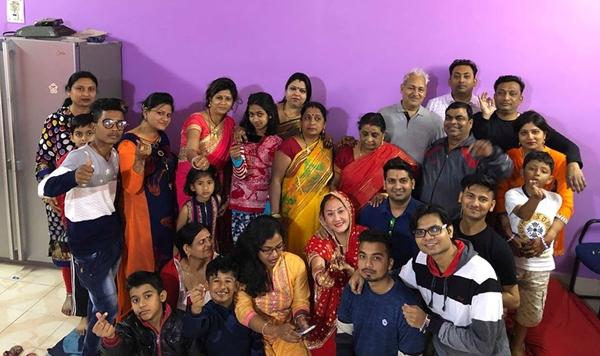 Ngọc Xuân cùng gia đình chồng tại Ấn Độ.