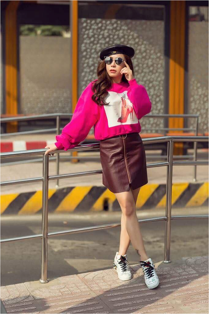 Người đẹp chọnđôi giày dáng thể thao tôn dáng của Dolce and Gabbana để tăng sự năng động cho bản thân.