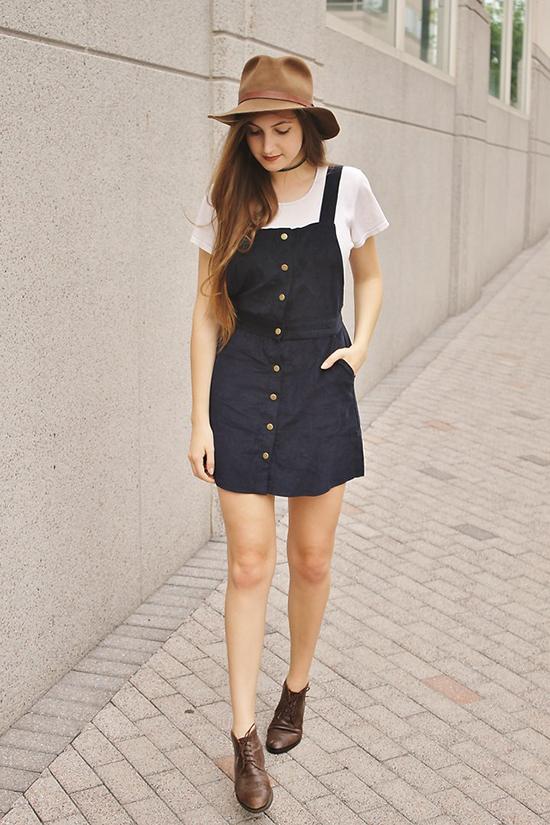 Nếu yêu phong cách vintage thì bạn có thể chọn váy yếm phối hợp cùng áo thun trắng, mũ fedora và đừng quên chọn đôi giày kiểu dáng cổ điển có tông màu hài hoà.