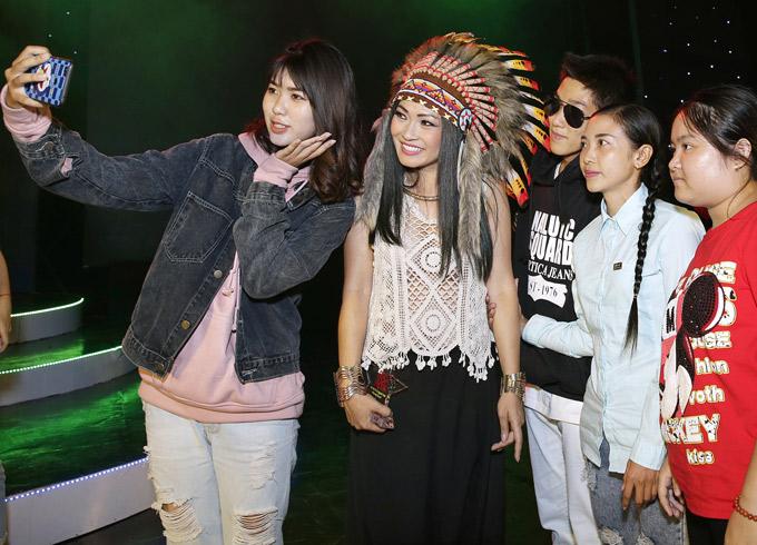 Sau tiết mục, Phương Thanh được nhiều khán giả đến xin chụp ảnh chung.