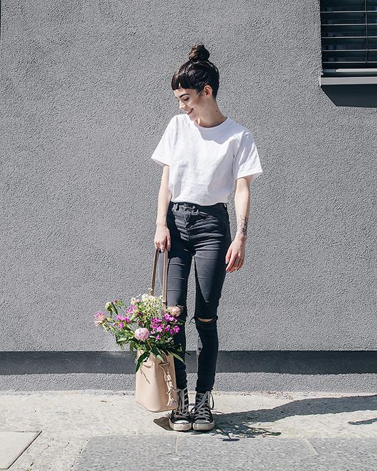 Mẫu áo thun ngắn tay với thiết kế đơn giản, gam màu đơn sắc rất dễ phối đồ. Các chị em cũng không phải mất quá nhiều thời gian khi chọn nó để mặc cùng các kiểu jean thông dụng, váy hiện đại và thậm chí là blazer hay đầm kiểu cách.